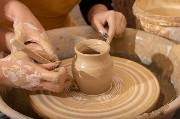 Kind lehren, töpferglas zu machen