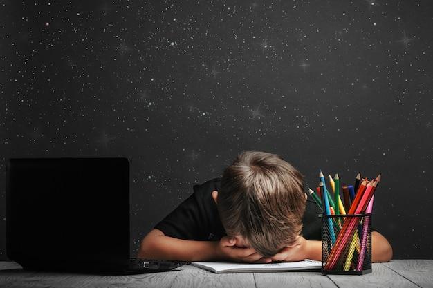 Kind lernt aus der ferne in der schule