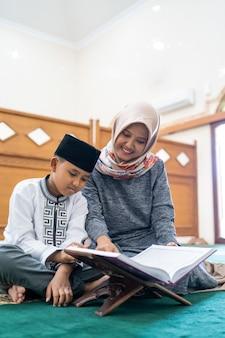 Kind lernt den koran zu lesen