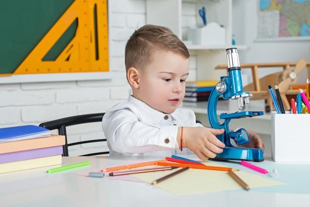 Kind lernt in der klasse vor dem hintergrund von tafelschulkindern zu hause fernunterricht