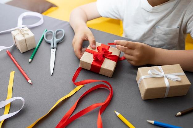 Kind lernt, wie man ein geschenk macht