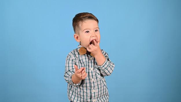 Kind liebt süßigkeiten, auf lokalisiertem hintergrund. hochwertiges foto