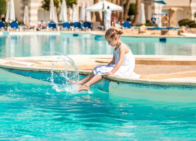 Kind macht aktivitäten am pool
