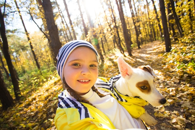 Kind macht ein selfie mit hund jack russell terrier