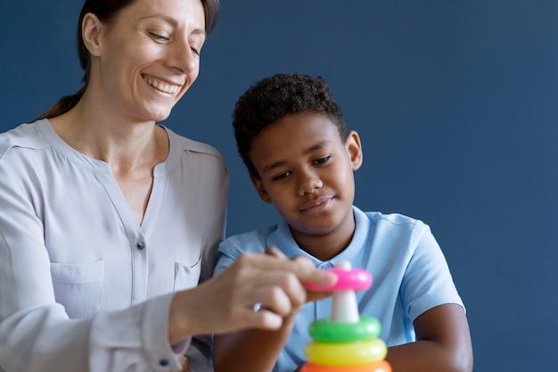 Kind macht eine ergotherapie-sitzung