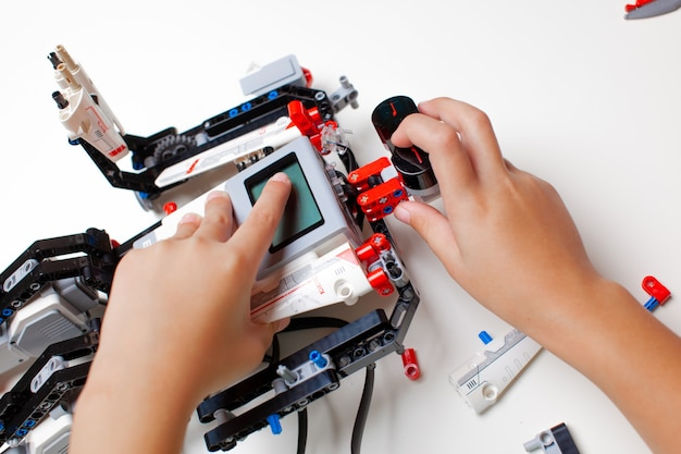 Kind macht einen roboter mit zufälligen teilen