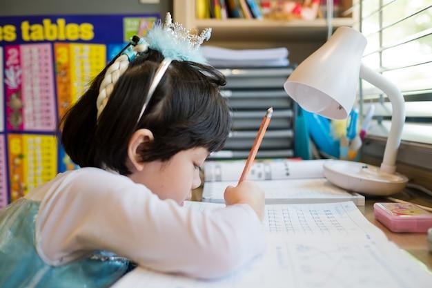 Kind macht hausaufgaben sehr hart