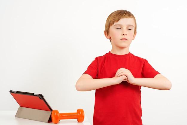 Kind macht yoga-übungen zu hause