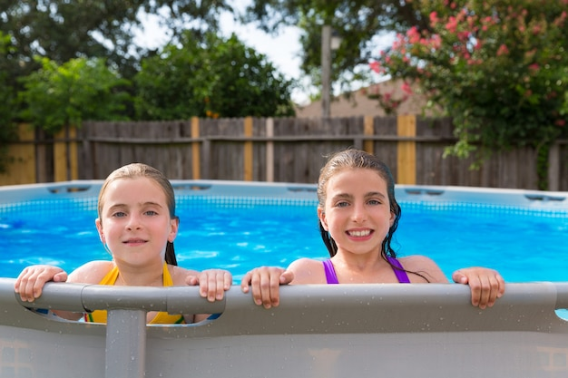 Kind mädchen im pool im hinterhof schwimmen