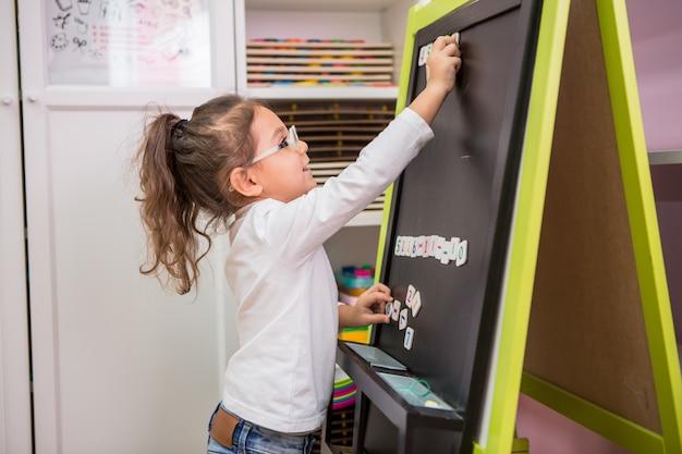Kind mädchen spielt in pädagogischen klassen