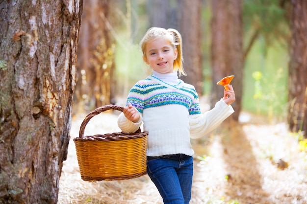 Kind mädchen suchen pfifferlinge pilze mit korb im herbst
