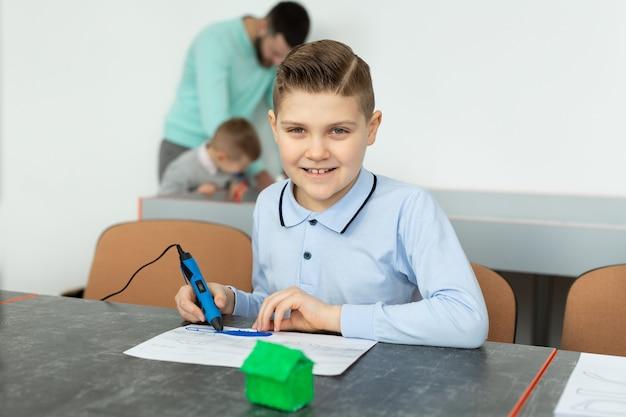 Kind mit 3d-druckstift. junge macht neuen gegenstand. kreativ-, technologie-, freizeit-, bildungskonzept