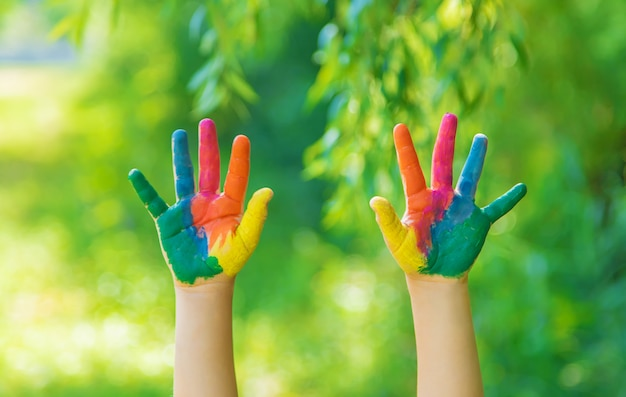 Kind mit bemalten händen und beinen