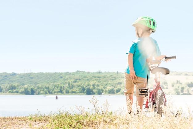 Kind mit dem fahrrad.