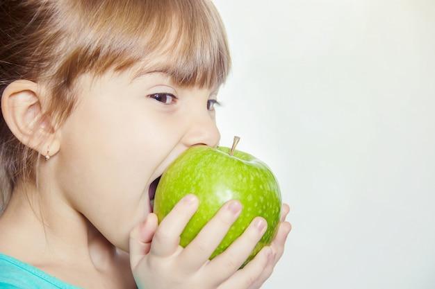 Kind mit einem apfel selektiver fokus natur