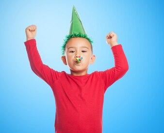 Kind mit einem Party-Hut und Partei Gebläse