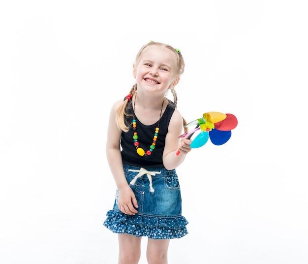 Kind mit einem spinnspielzeug, ein oberteil tragend