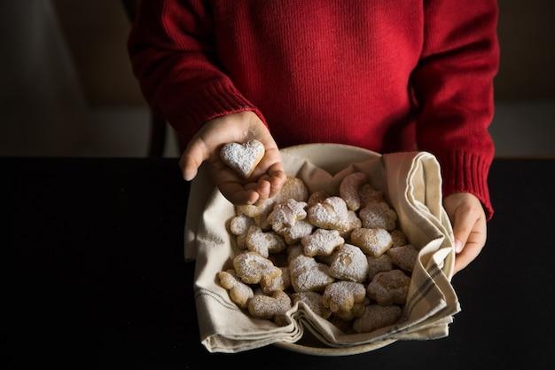 Kind mit einem teller mit hausgemachten keksen