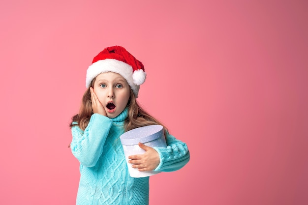 Kind mit einer geschenkbox