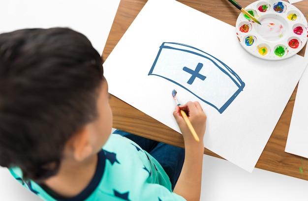 Kind mit einer zeichnung von krankenschwesterhut