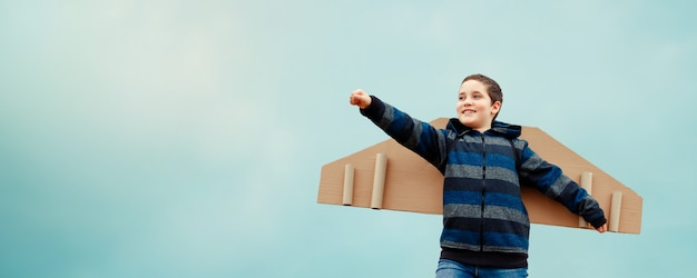 Kind mit flügeln flugzeug. konzept der erfolgreichen geschäftsentwicklung