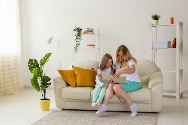 Kind mit gebrochenem arm und gips verbringen zeit zu hause mit der mutter. kinderkrankheiten, positiv