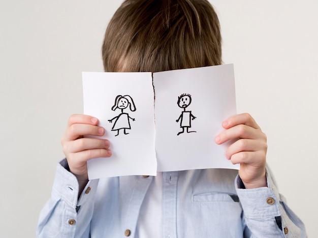 Kind mit getrennter familienzeichnung