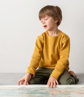 Kind mit karte zu hause