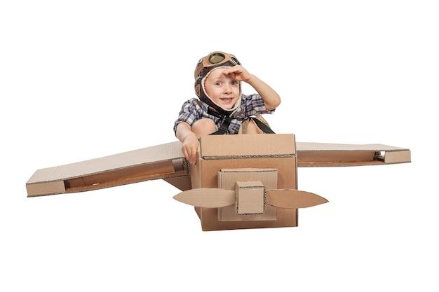 Kind mit karton flugzeug