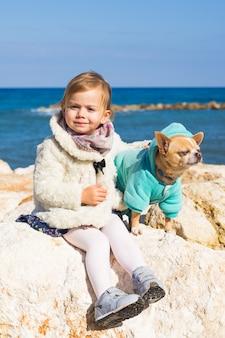 Kind mit kleinem hund
