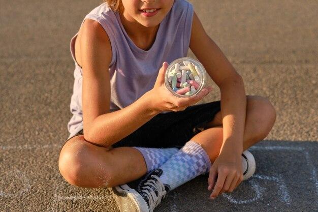 Kind mit kreide im glas zuschneiden
