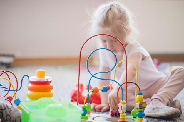 Kind mit pädagogischem spielzeug