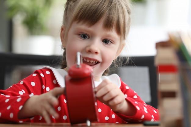 Kind mit rotem alarm