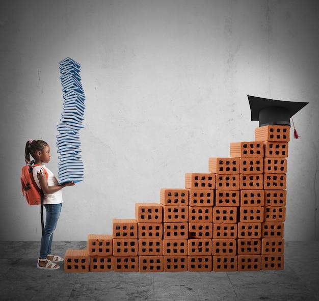 Kind mit rucksack und lernbüchern klettert auf eine ziegelwaage