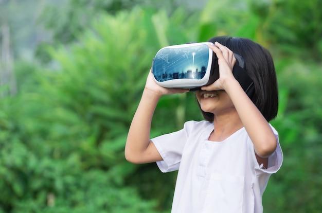Kind mit schutzbrillen für virtuelle realität.