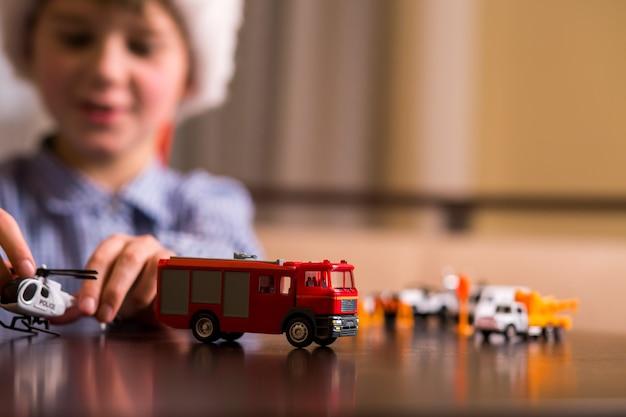 Kind mit spielzeugpolizeihubschrauber.