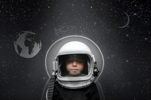 Kind möchte ein flugzeug fliegen, das einen flugzeughelm trägt