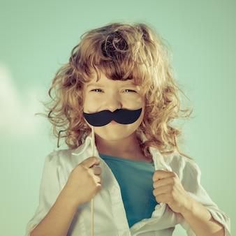 Kind öffnet sein hemd wie ein superheld. frauenpower und feminismus-konzept