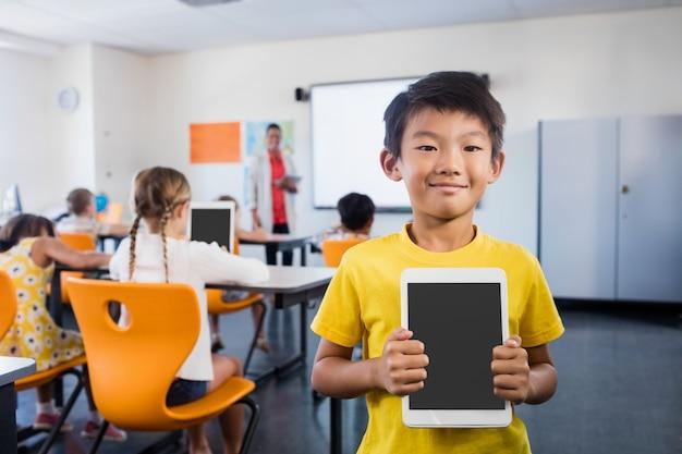 Kind posiert mit einer tablette