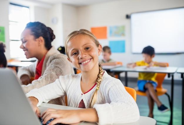 Kind posiert mit ihrem computer