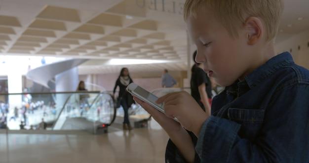 Kind schaut sich die fotos auf dem smartphone an