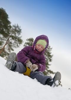 Kind schiebt im schnee