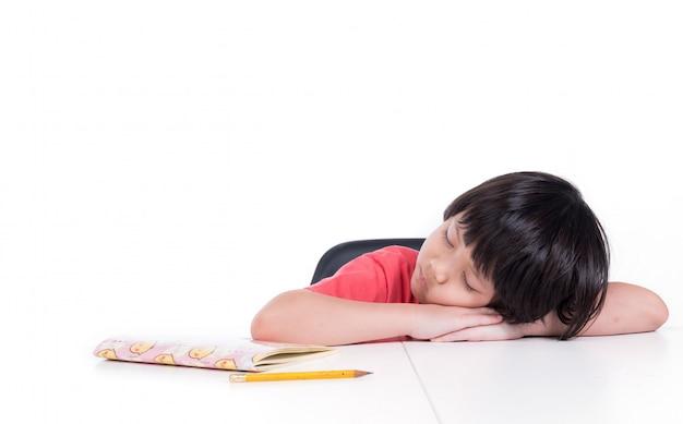 Kind schläft auf dem tisch, lerne hart