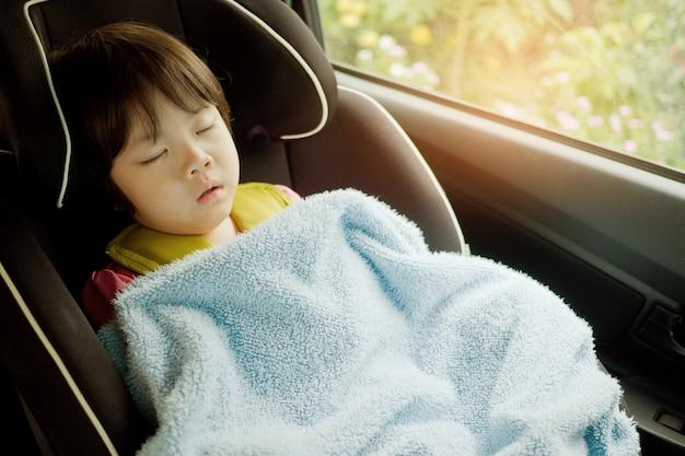 Kind schläft im auto, kind fühlt sich krank, schläft auf dem autositz