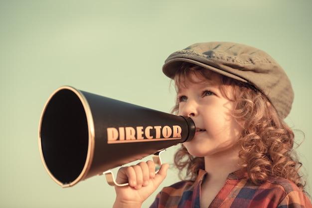 Kind schreit durch vintage megaphon. kommunikationskonzept. retro-stil
