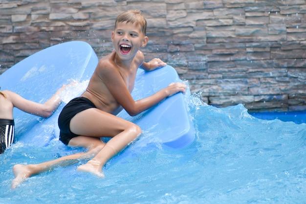 Kind schwimmt auf den wellen