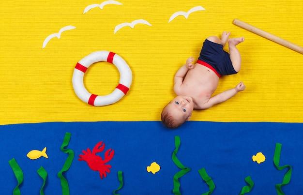 Kind schwimmt unter wasser. kleinkind schwimmen lernen. sommer
