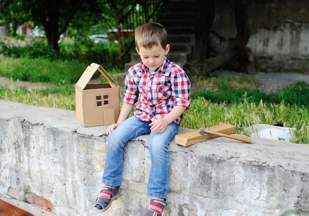 Kind spielt baumeister