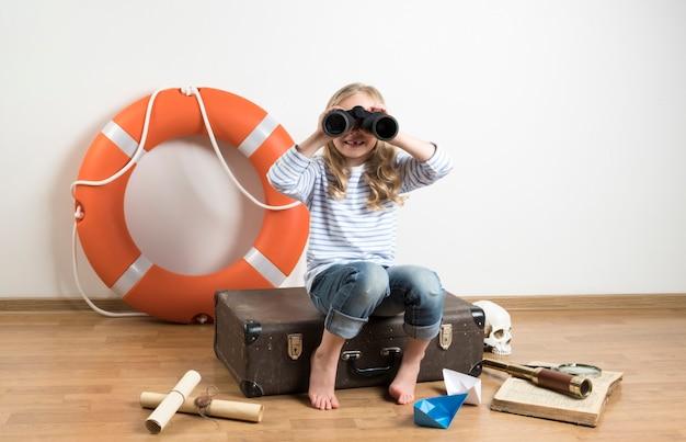 Kind spielt eine reise auf dem boden