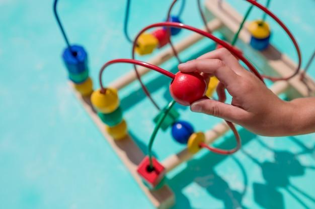 Kind spielt im kindergarten. kind, das spaß mit buntem spielzeug zu hause hat.